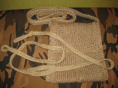 праща и сумка, вязанные из джутового шпагата.